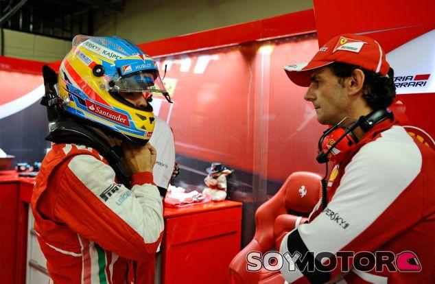Fernando Alonso conversa con Pedro de la Rosa en el box de Ferrari - LaF1