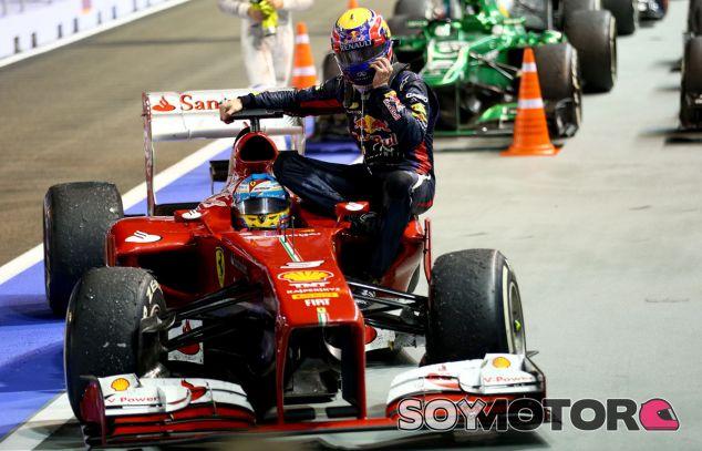 Fernando Alonso y Mark Webber a su llegada al parque cerrado de Singapur - LaF1