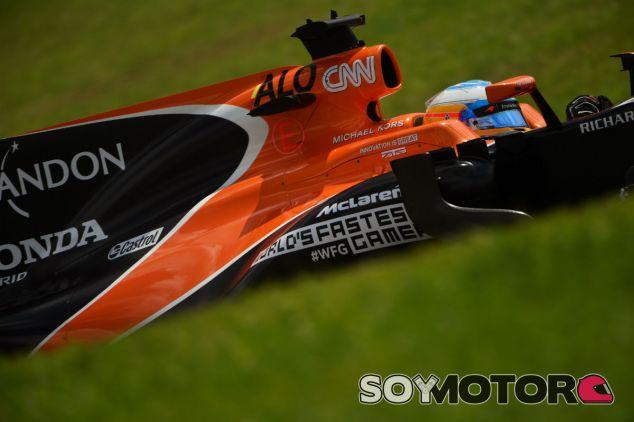 Fernando Alonso durante un GP en 2017 - SoyMotor.com