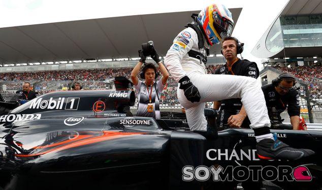Alonso momentos antes de comenzar una carrera - SoyMotor
