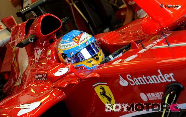 Fernando Alonso en el box del Hungaroring