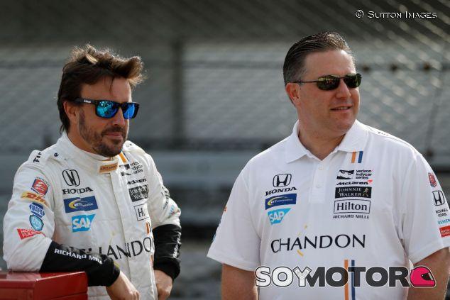 Fernando Alonso (izq.) y Zak Brown (der.) – SoyMotor.com