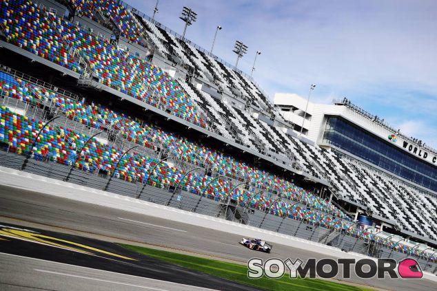 El coche número 23 de United Autosports sobre el circuito de Daytona –SoyMotor.com