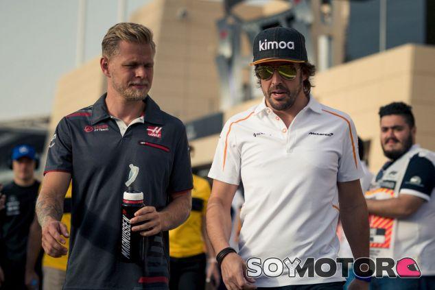 Kevin Magnussen (izq.) y Fernando Alonso (der.) – SoyMotor.com