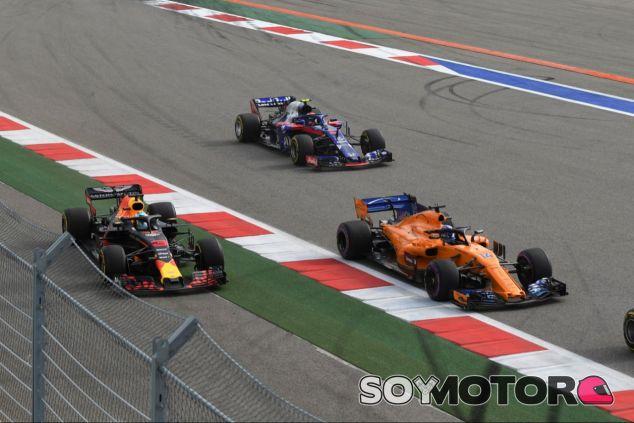 Daniel Ricciardo por delante de Pierre Gasly en la salida de Rusia – SoyMotor.com