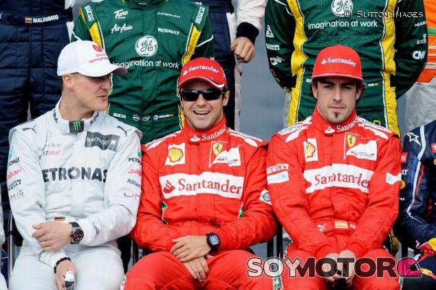 Felipe Massa entre Michael Schumacher (izq.) y Fernando Alonso (der.) en 2012 – SoyMotor.com