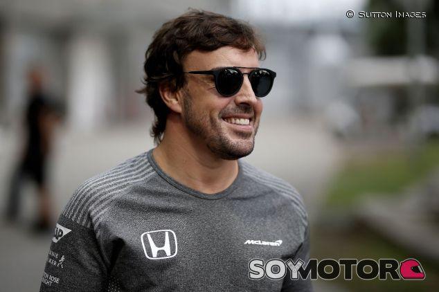 Fernando Alonso en su llegada a Singapur –SoyMotor.com