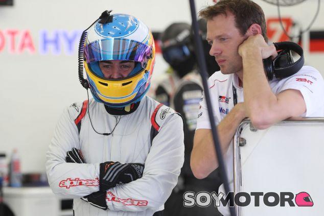 Fernando Alonso, en el box de Toyota – SoyMotor.com