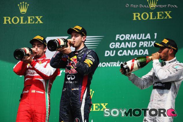 Sebastian Vettel en el podio con Fernando Alonso y Lewis Hamilton en Canadá 2013 - LaF1.es