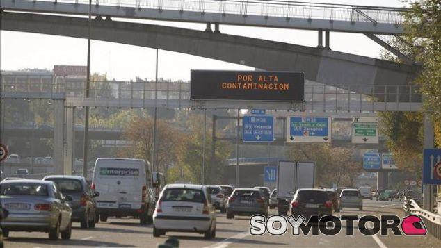 Carteles de alta contaminación en Madrid – SoyMotor.com