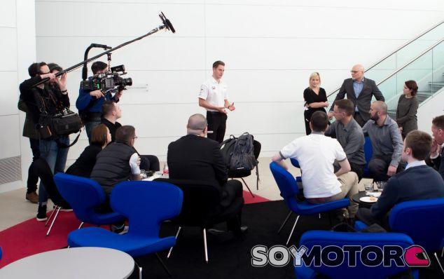 Las cámaras de Amazon junto a Vandoorne en el MTC – SoyMotor.com