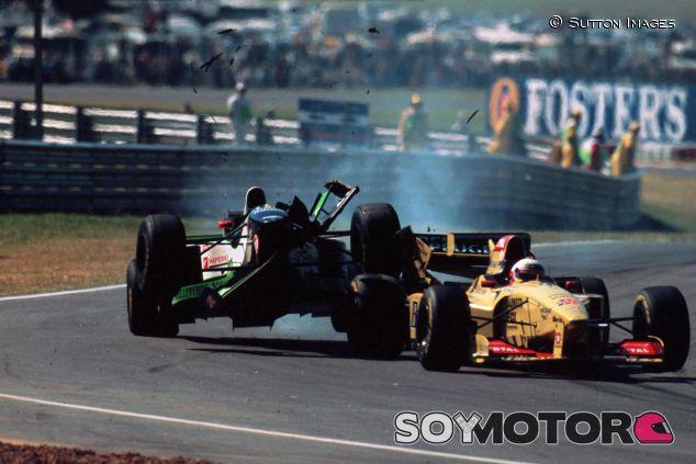 Choque de Tarso Marques y Martin Brundle durante el GP de Argentina de 1996 - SoyMotor