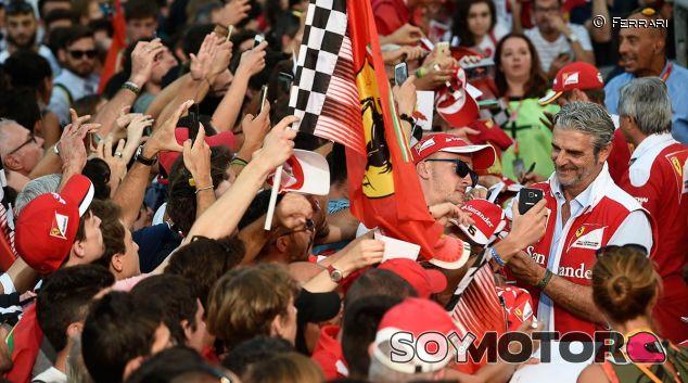 Maurizio Arrivabene con los tifosi en el GP de Italia - LaF1