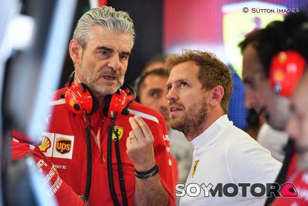 Maurizio Arrivabene y Sebastian Vettel - SoyMotor.com