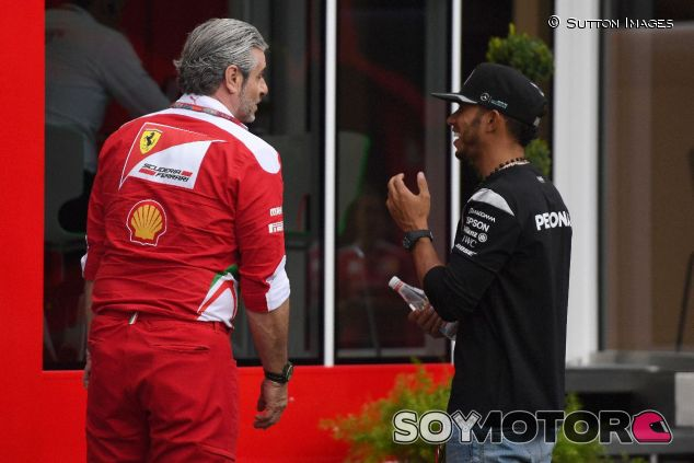 Maurizio Arrivabene (izq.) y Lewis Hamilton (der.) –SoyMotor.com
