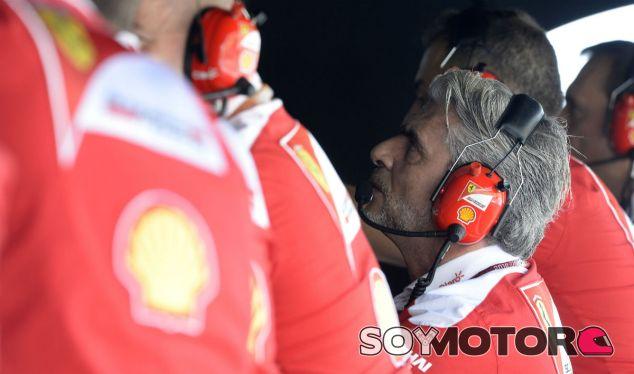 Maurizio Arrivabene en el muro de Ferrari - LaF1