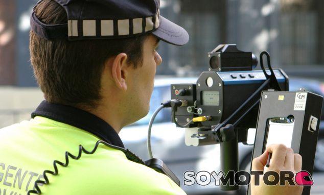 Un Agente de Movilidad manipula un radar móvil - SoyMotor34