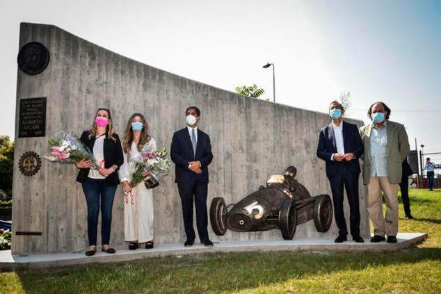 Inauguran un monumento en honor a Alberto Ascari en Milán