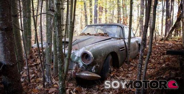 Aston Martin DB4 abandonado en un bosque - SoyMotor.com
