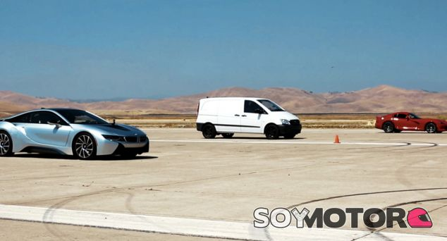 Mercedes Vito vs BMW i8 vs Dodge Viper - SoyMotor