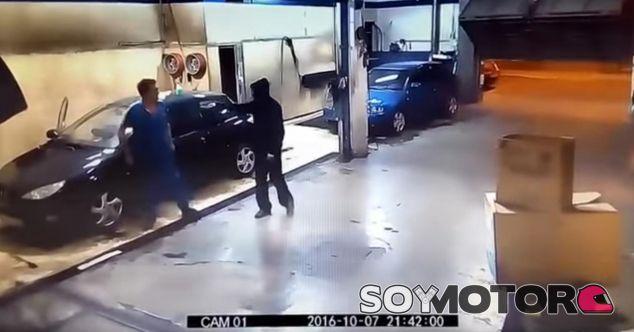 Entra a robar un coche y acaba limpiándolo - SoyMotor