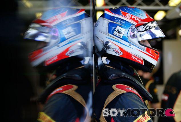 Romain Grosjean, pensativo en el box de Lotus - LaF1