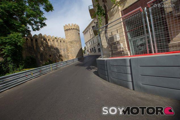 Subida a la iconica muralla del circuito de Bakú - LaF1