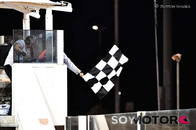 Bandera a cuadros en Yas Marina - SoyMotor.com