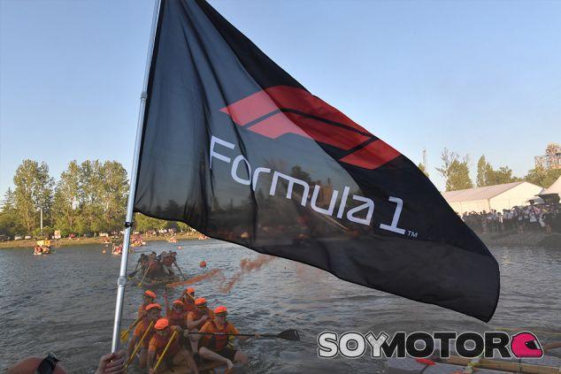 Bandera con el logo de Fórmula 1 en Montreal - SoyMotor.com