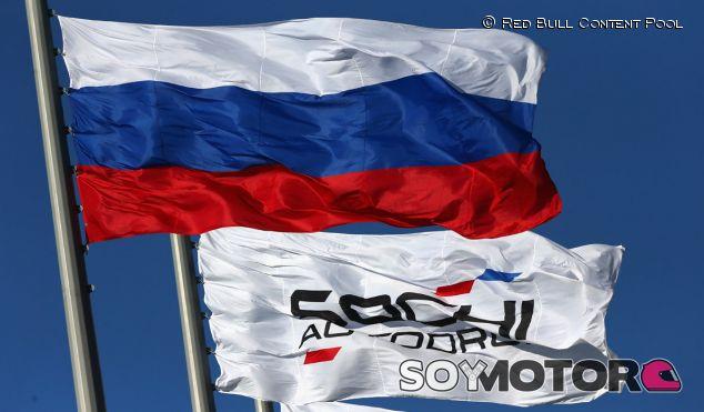 Imponen el silencio en la parrilla de Sochi durante el himno nacional - LaF1.es