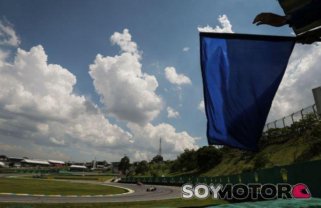Bandera azul durante el Gran Premio de Brasil 2016 - SoyMotor