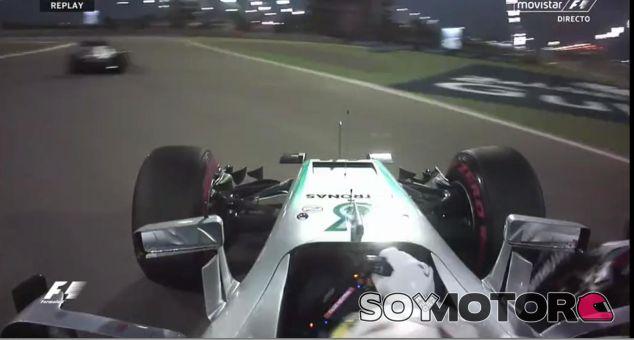 Lewis Hamilton es alcanzado por Valtteri Bottas (derecha) en la primera curva - LaF1