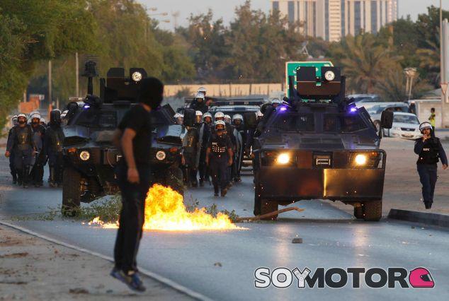 Las autoridades de la capital, Manama, irrumpen en una protesta del pasado mes de octubre - LaF1