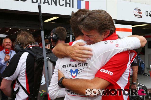 Jules Bianchi se abraza con Graeme Lowdon - LaF1