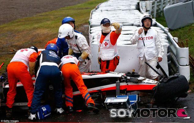 Doctores y comisarios asisten a Jules en el lugar del accidente - LaF1