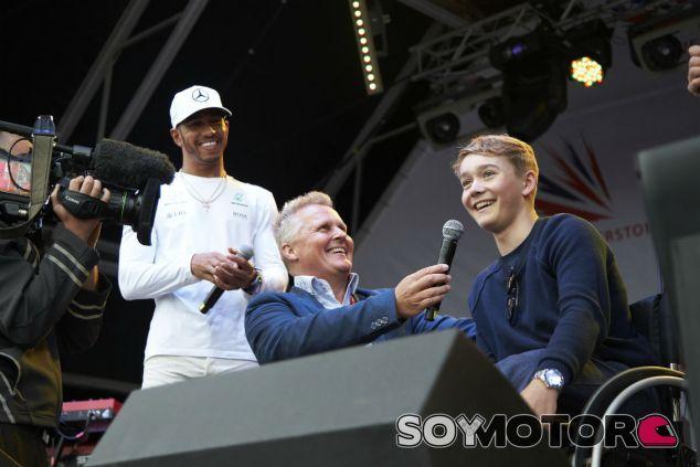 Billy Monger, junto a Herbert y Hamilton durante el GP de Gran Bretaña - SoyMotor.com