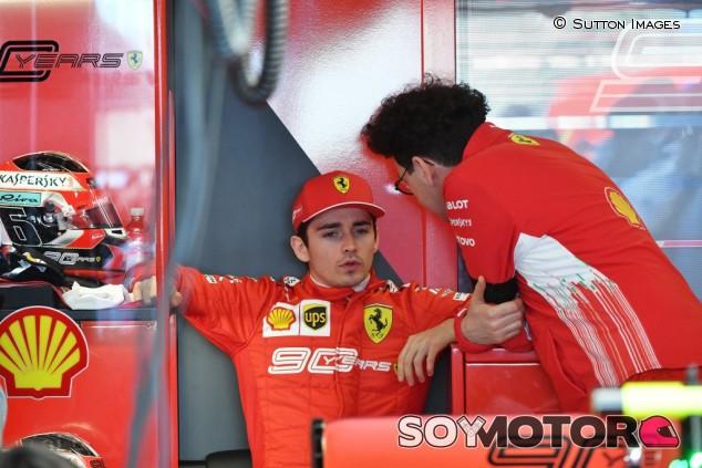 """Binotto no perdona a Leclerc su salto en paracaídas: """"No lo volverá a hacer"""" - SoyMotor.com"""
