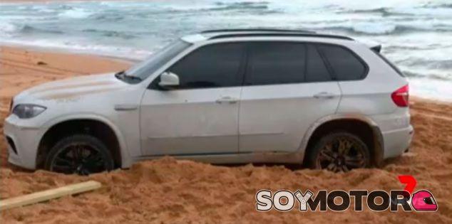 Un BMW X5 encalla en la playa y sale en las noticias... ¡tierra, trágame¡ - SoyMotor.com