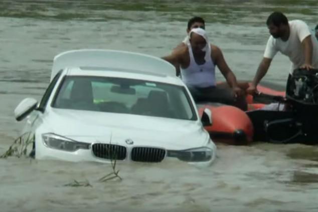 Le regalan un BMW y lo tira al río porque quería un Jaguar - SoyMotor.com
