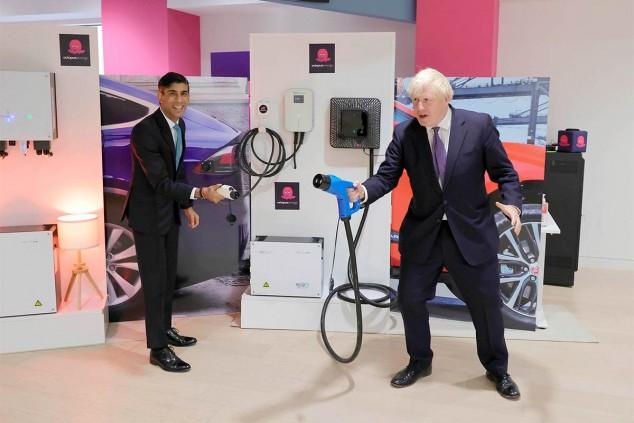 El canciller de Hacienda Rishi Sunak y el primer ministro Boris Johnson en una visita a Octopus Energy - SoyMotor.com