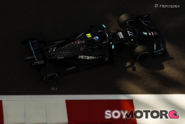 Mercedes domina los Libres 2 de Abu Dabi con neumáticos medios - SoyMotor.com