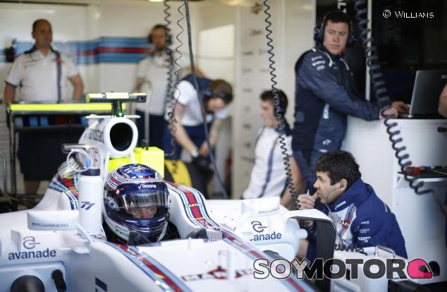 Valteri Bottas en su box con Williams - LaF1.es