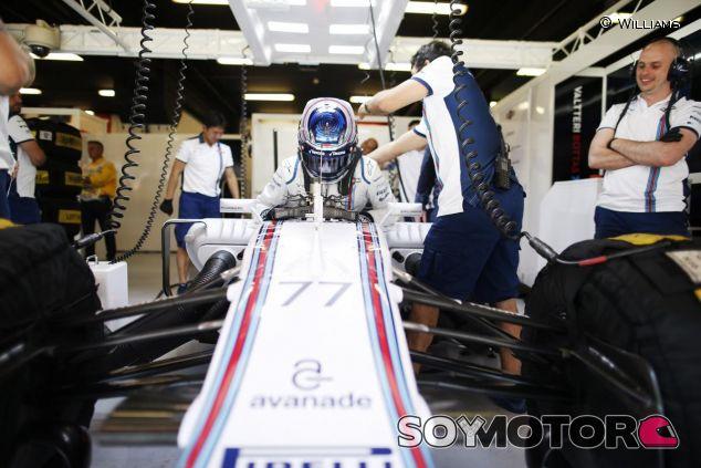 Valtteri Bottas subiéndose al FW37 en Barcelona - LaF1
