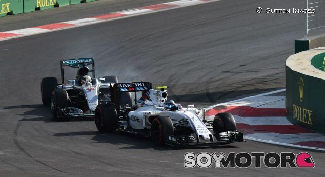 Bottas por delante de Hamilton durante el GP de Bakú - SoyMotor