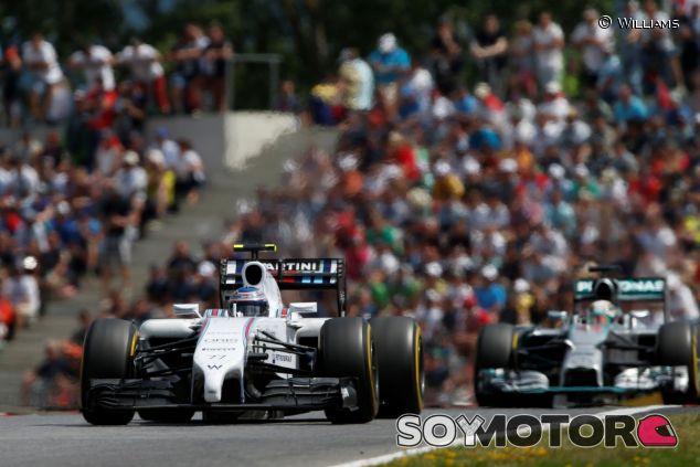 Valtteri Bottas con el Williams por delante de Lewis Hamilton y su Mercedes - LaF1