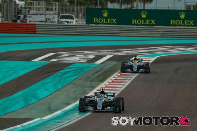 Bottas y Hamilton durante el GP de Abu Dabi 2017 - SoyMotor.com