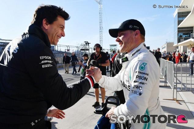 Toto Wolff y Valtteri Bottas tras la clasificación del GP de Estados Unidos F1 2019 - SoyMotor.com