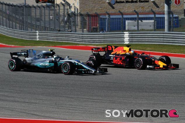 Ricciardo y Bottas durante el GP de Estados Unidos 2017 - SoyMotor.com