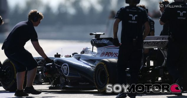 Valtteri Bottas con sus mecánicos de Williams F1 Team