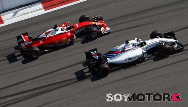 Valtteri Bottas lucha con Kimi Räikkönen en Rusia -  LaF1